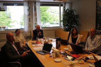 GARANTI: Formannskapet i Lærdal garanterte for at marknadsnemndi får ein stønad på 100 000 kroner for 2016. F.v.: Frode Myklebust (V), Gro Starheimsæther (SP), ordførar Jan Geir Solheim (SP), Annike Vangberg (SV) og Kåre Mentz Lysne (AP).