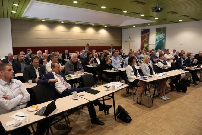 FULL SAL: Alt frå fylkesordførarar til lokalpolitikarar og stortingspolitikarar var på plass i Førde torsdag.