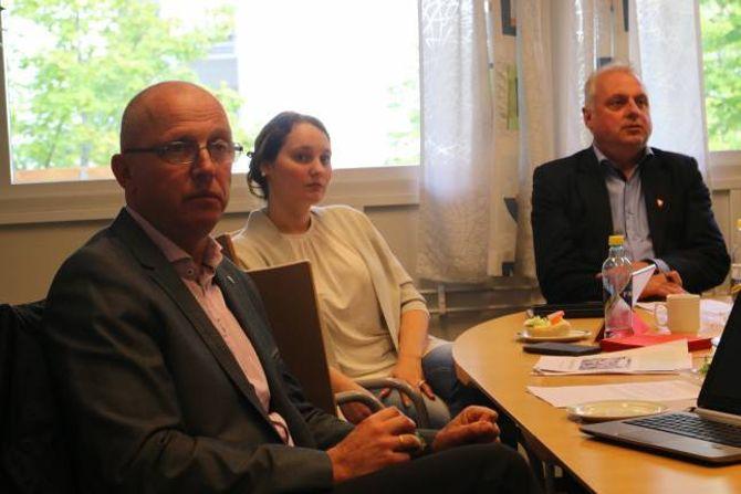 SPØRSMÅL: Frode Myklebust, V (f.v.), Gro Starheimsæther og ordførar Jan Geir Solheim, begge SP, hadde alle spørsmål rundt den førespegla avtalen om kommunalt driftstilskot til Musea i Sogn og Fjordane.