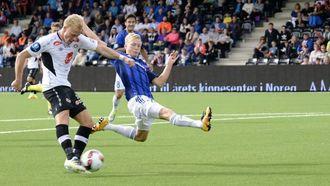 NOK AV SJANSAR: Martin Ramsland og Sogndal kunne ha avgjort kampen før pause. Men skotforsøka gjekk anten i blokka, eller i fingertuppane til ein solidMande Sayouba.