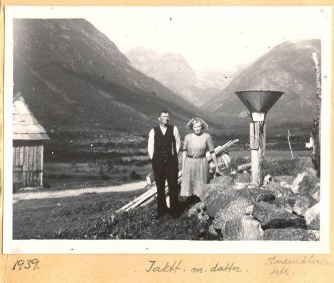 MYKJE KULTURHISTORIE: Boka om vêrobservatørane er også ei bok om norsk kulturhistorie. Her frå vêrstasjonen i Sogndal i 1939.