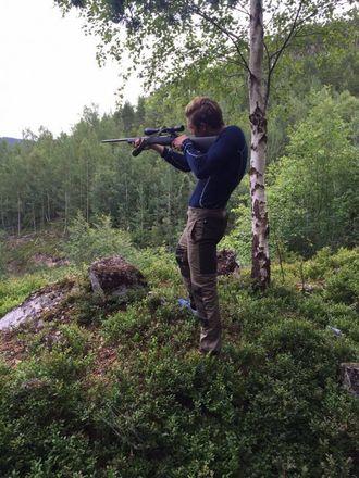 STÅANDE: Bjørn Inge Utvik prøver seg på ståande rifleskyting under jegeropplæringa. Privat foto.
