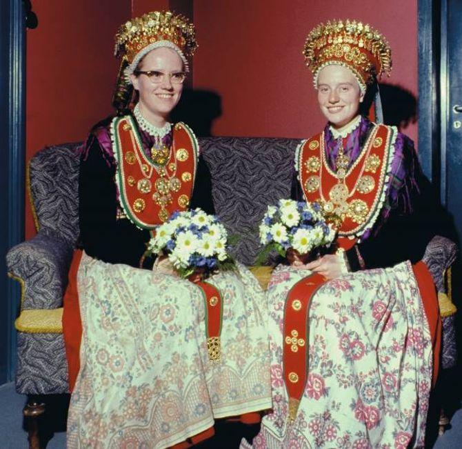 BUNADSBRUDER I JØLSTER: På 60- og 70-talet reiste Aagot Noss mykje til Vestlandet. Der var ho mellom anna oppteken av sølvet på bunadane. Søstrene Aasta og Eva Eide i Jølster var to av dei ho møtte. Her er dei ferdigpynta til bryllaupsdagen 21. oktober 1967. Eva til høgre har det såkalla huldresølvet.