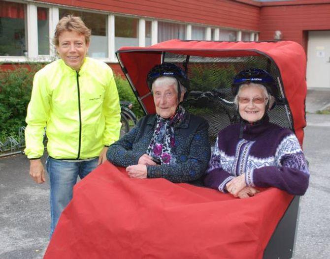 GODT POLSTRA: Kristin Evensen (til venstre) frå Frivilligsentralen i Lærdal er klar for avgang utanfor Lærdal bu- og omsorgssenter.