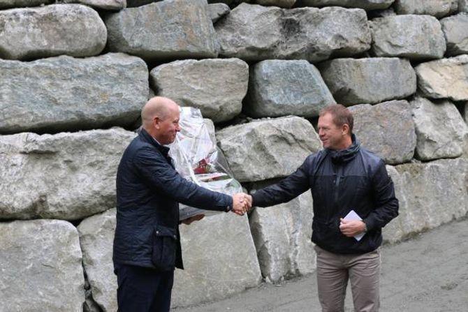 BLOMAR: Det blir alltid nokre blomeoverrekkingar under slike tilstelningar, her frå dagleg leiar i Lærdal Næringsutvikling, Arve Tokvam, til styreleiar for Nivla kraftverk, Morten Karlsen.