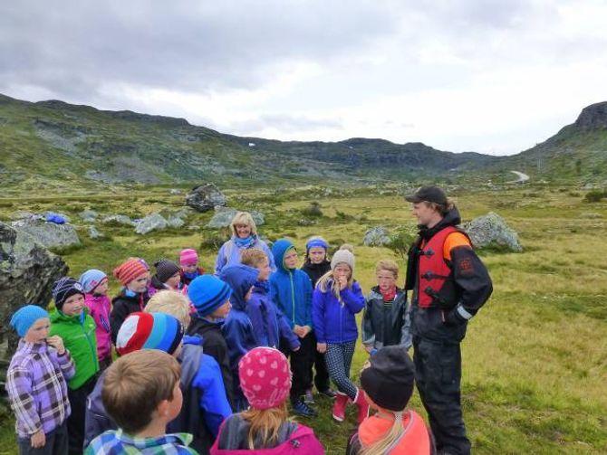FORTEL: Fjelloppsyn Erlend Øydvin fortel om fjellfiske. Privat foto