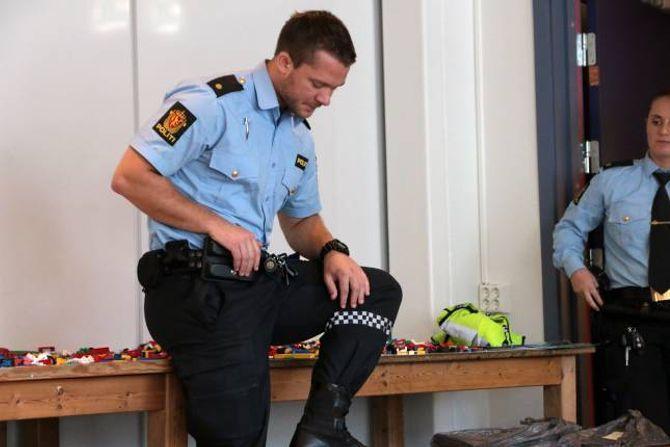DEMONSTRERTE: Politibetjent Petter hagen synte fram refleks på uniformen og korleis den fungerer.