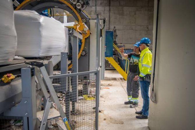 TRANSPORT: Slike energibrikker produsert på Kaupanger skal transporterast til Håbakken om det kjem pelletsfabrikk der. Denne transporten, samt klakkelydar av tømmeret, er støykjeldene som gjer bebuarane i området uroa: Arkiv