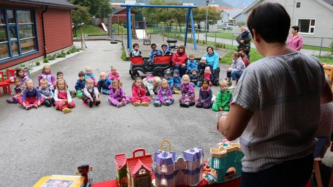 HISTORIETIME: Dei fleste ungane følgde godt med då historia vart fortalt om korleis barnehagen vart til.