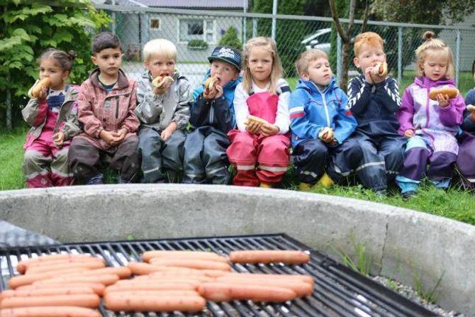BÅLKOS: Pølser høyrer til når det er bursdag, sjølv om bursdagsbarnet er ein barnehage.