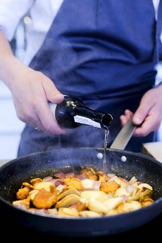 SKOGSOPPSAUTEEN: Tilsett 1,5 dl madeira og la det koke inn i 30-40 sekund.