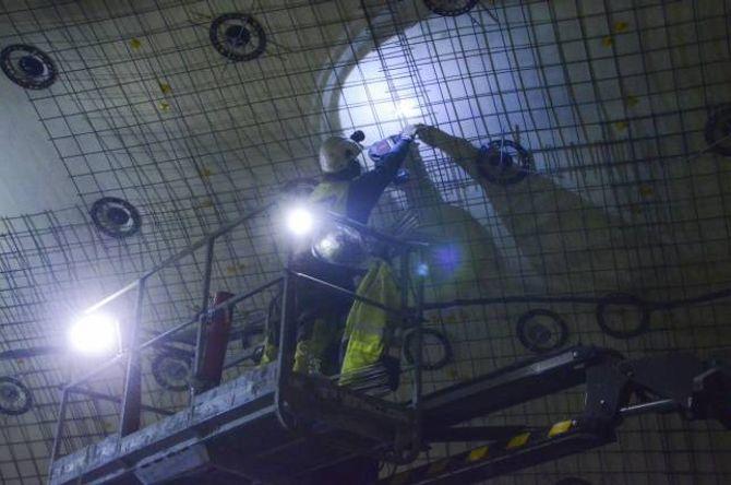 MYKJE SKUM: Det innvendige arbeidet i tunnelen er i stor grad ferdig. Berre dei eletriske installasjonane står att, eit arbeid som tek til etter jul i år. Biletet er frå mars i år, under arbeidet med å monterenesten 100 000 kvadratmeter med skumplater i to lag i tunnelen.