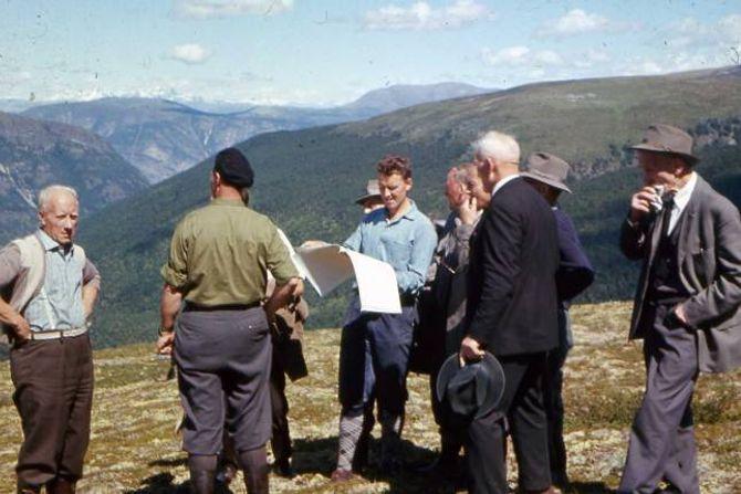 SYNFARING: Bilete er teke hausten 1963 og syner formannskapa i Aurland og Lærdal på synfaring ved Vedahaugane. Nokre av personane på bilete er kjende. Frå venstre står Andreas Wangen. Mannen med alpelue, og ryggen til, er dåverande ordførar, Ragnvald Winjum. Per Selboskar står midt i biletet med teikningar i handa. Mannen nærast med hatten i handa er Lars B. Styvi, og lengst til høgre står Bottolv Thunshelle. Fotograf var truleg Svein Fossheim. Biletet er lånt ut av Eldbjørg Wangen.