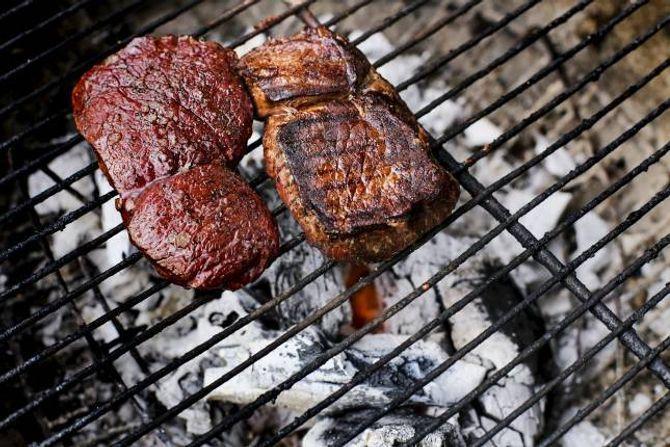 GRILL: Skivene av reinsdyrkjøt vert grilla på bjørkeved, og bålsmaken er ein del av det «hemmelege» krydderet.