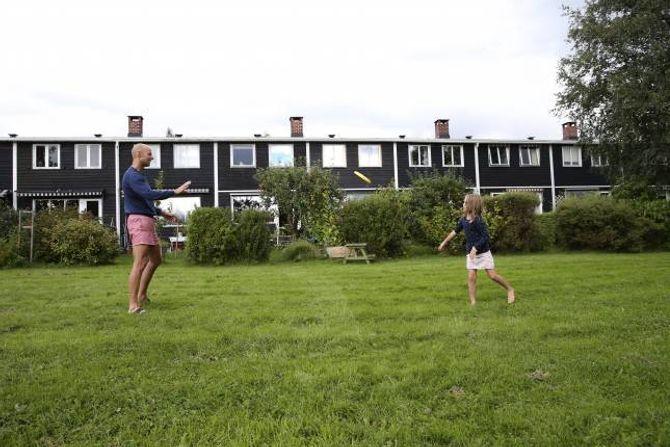 GRØNT: Andreas Almlid og dottera Agnes trivst med å bu i rekkehus med grøne fellesareal og kort veg til både byen og marka.