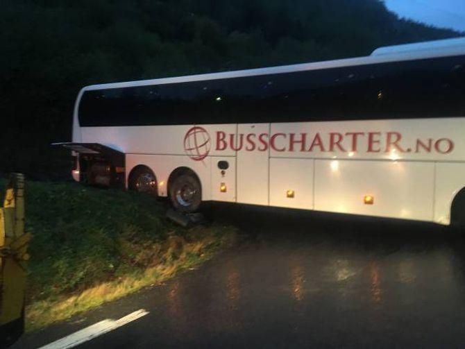 HENG NEDPÅ: Bussen er 14 meter lang, medan vegen er ikkje berekna for køyretøy lengre enn 10 meter. Her ser du kvifor.
