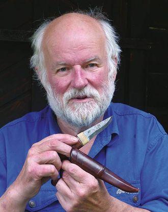 Forfattar Øystein Køhn lagar sjølv sine eigne bruksknivar. No har han skrive boka Staskniven i norsk tradisjon. Foto frå boka: Privat.