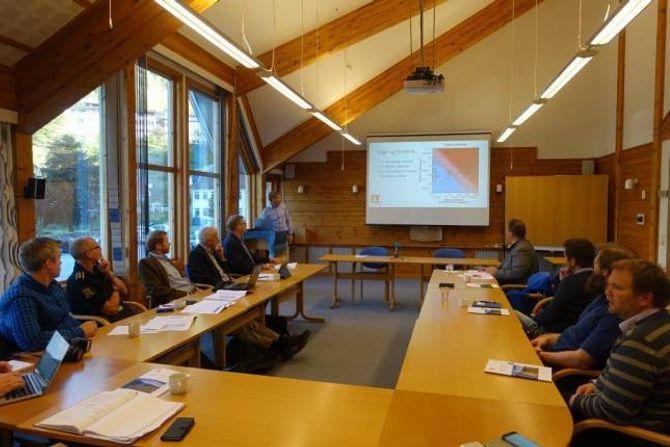 INFORMERTE: NVE ved Lars Harald Blikra informerte om dei nye analysane for Joasetbergi for akuelle etatar i eit møte tysdag. Aurlandsordførar Noralv Distad sitjande til venstre for og nærast Blikra.