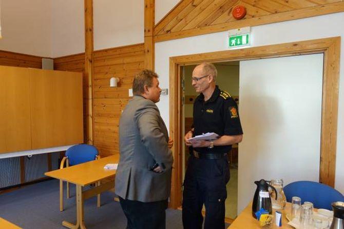 Regionsjef i NVE, Brigt Samdal i samtale med lensmann i Aurland, Knut Arne Klingenberg under dagens møte.