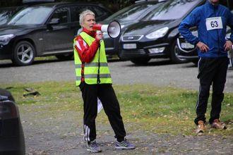SJEF: Bjørghild Holien er leiar i friidrettsgruppa og har kontroll på løparane.