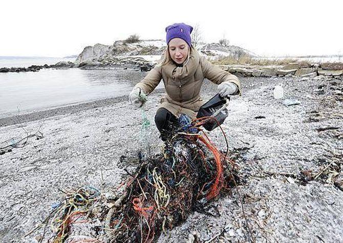 SØPPEL: Rådgivar i Miljødirektoratet Hannah Hildonen, synest det er trist å sjå plastsøppelet langs stranda.
