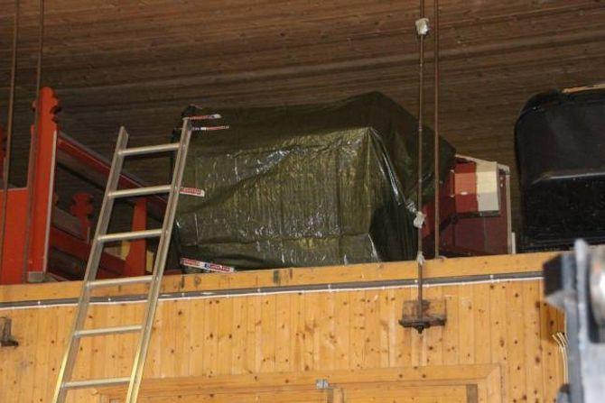 PAKKA VEKK: Den 184 år gamle preikestolen ligg for tida innpakka i presenning på eit lager i Lærdal.