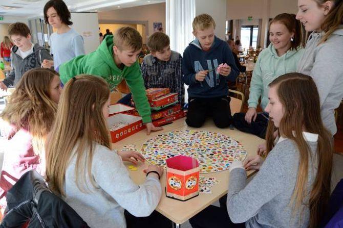 SPELEROM: Utanfor storstova på Lærdalsøyri skule er det også laga til eit rom der elevane kan spele spel av ulike slag.