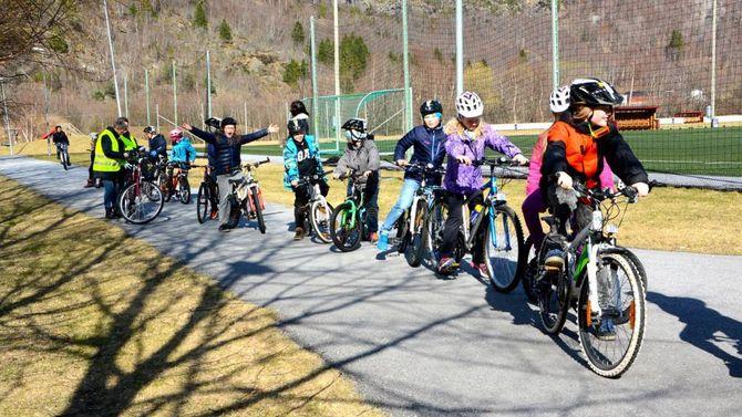 SYKKELPRØVA: Fjerdeklassingane står klare til å sykle sykkelprøva med god hjelp frå åttandeklassingane.