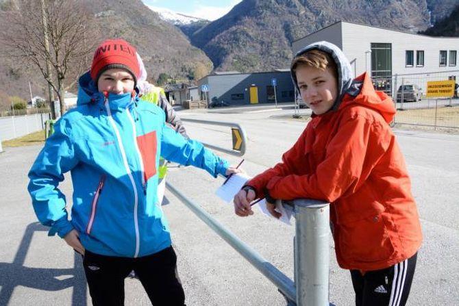 FULL KONTROLL: Per Gjesdal (f.v) og Ole Kristian Voldum frå 8. klasse ved Lærdalsøyri skule står klar med skjema og klokke før dei sett ein og ein fjerdeklassing i gang med sykkelprøva.