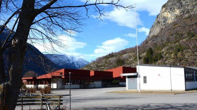 SKULEN: Lærdalsøyri skule har kring 200 elevar frå 1. til 10. klasse.