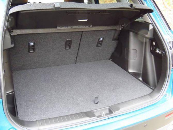 375 LITER: Greitt bagasjerom som er lett å utnytte. Legg du ned seta, som er delbare, aukar kapasiteten til 1.120 liter.