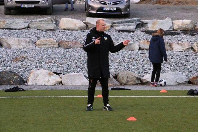 HØYRER ETTER: Sjølv om fotball er fotball, merkar Rinde visste forskjellar på å trena damer og herrar. Damene høyrer betre etter blant anna.
