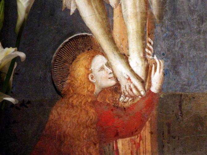 NÆR: Maria Magdalena stod Jesus svært nær og gav med det folk «tilgang» på han på ein annan måte enn dei andre disiplane gjorde. Her kyssar ho føtene til den krossfesta Jesus på eit måleri i Basilica di San Nicola da Tolentino i Italia.