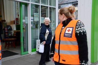 NYVERVA MEDLEM: Turid Valdemarsdotter i aksjon utanfor Kiwi på Lærdalsøyri onsdag.
