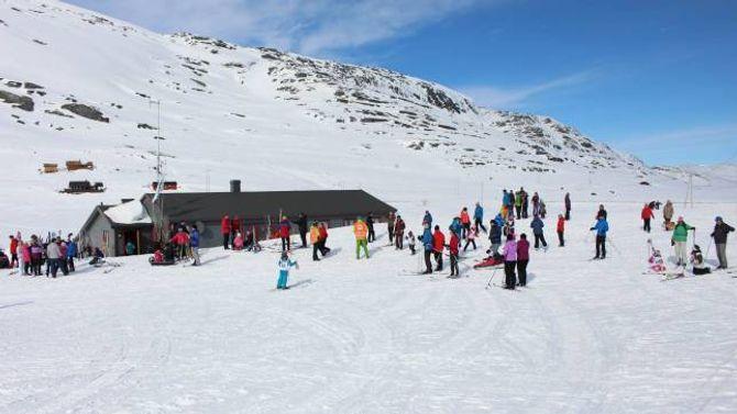 Mange samla seg rundt hytta Jotnavåken på Tyinosen på påskeaftan.