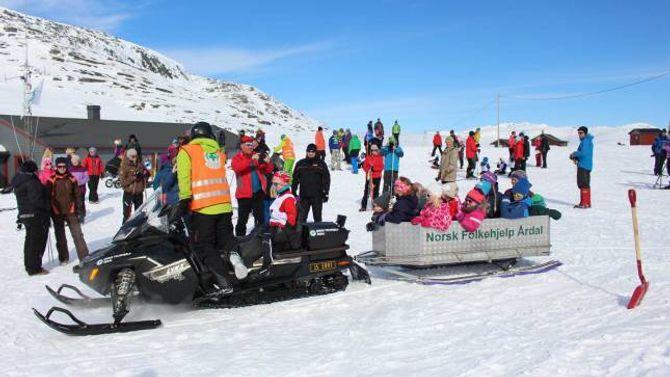 Ein køyretur der borna får sitja på i snøscootersleden er eit populært innslag på påskeaftan.