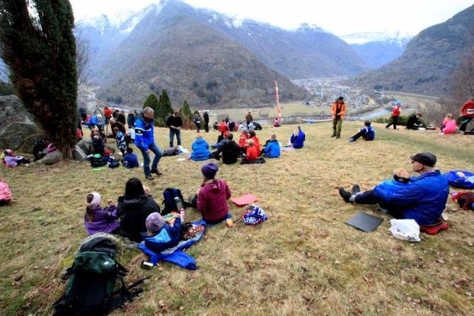 KOS PÅ TOPPEN: Etter målgang er det mogleg å grilla og slappe av på toppen av Øvre Vangen. Biletet er frå Vangane Opp i 2014.