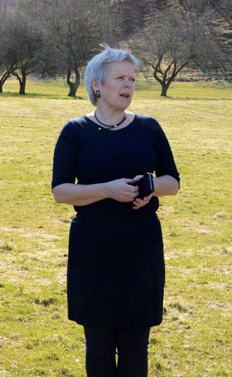 VERTINNE: Siri Benjaminsen ved Natvik gard i Årdal.
