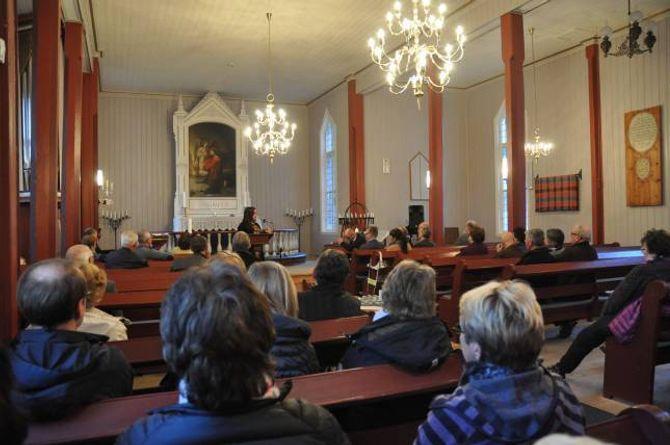 ENGASJEMENT: Mange har engasjert seg i saka kring preikestolen, og i om lag 50 menneske møtte opp for å høyre dei ulike argumenta.