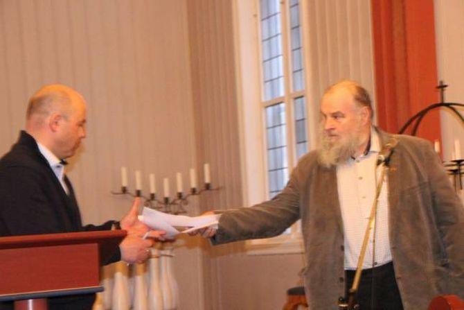 UNDERSKRIFTER: Aksjonsgruppa samla 375 underskrifter for å få preikestolen attende til Tønjum kyrkje, og underskriftene vart overlevert til Audun Mo onsdag kveld.