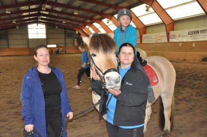KJEMPESUKSESS: Siri Lie Husabø tok med seg tantongen sin Viljar på den opne dagen på ridesenterert, her saman med leiar av Tangen køyre- og rideklubb, Hilde Nordbye Mørkrid.
