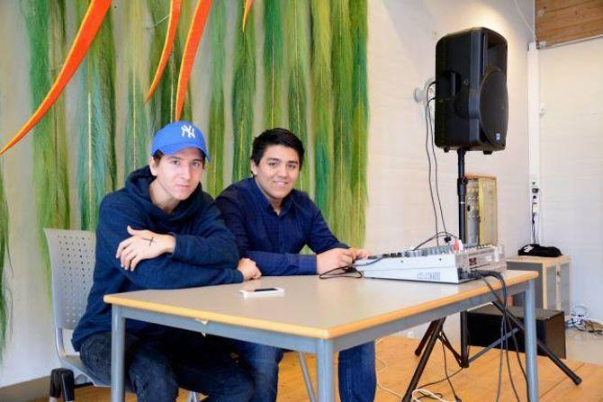 KONTROLL PÅ MUSIKKEN: Jonas Styve (f.v) og Stefan Jimenez har klar både pop og dansemusikk som ungar likar. Då høyrer sjølvsagt One Direction, Justin Bieber og DJ Broiler med på spelelista.