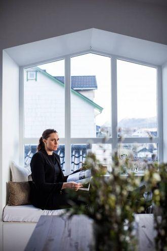 PRAKTISK: Kjøkenbenken frå IKEA har blitt lesebenk under vindauget. – Under benken er det plass til alt rotet vi ikkje vil vise fram, seier Therese.