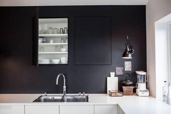 KJØKEN: Therese har vegglampar og innebygde skap på kjøkenet. Det gir rommet eit stilig preg.