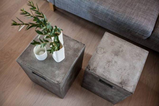 VEKSELBRUK: I tillegg til å handle bruktmøblar ho stylar sjølv, driv Therese utstrekt vekselbruk med eigne møblar. Desse betongborda har både vore brukte på terrassen og som nattbord. I dag er dei sofabord.