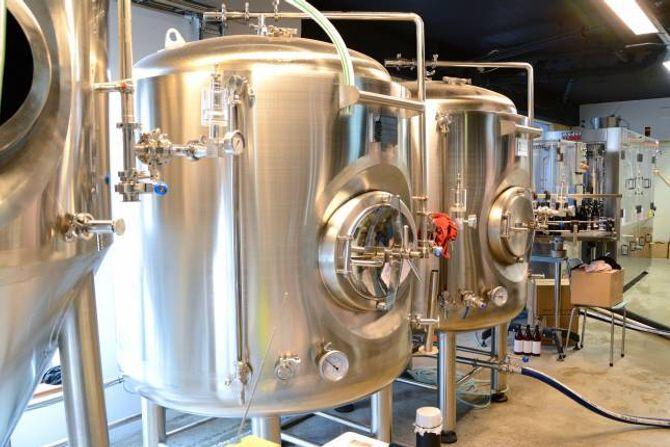 TANK PÅ TANK: Ulike tankar brukast til brygging, gjæring og lagring, før ølet er klart for å bli tappa på flaske.