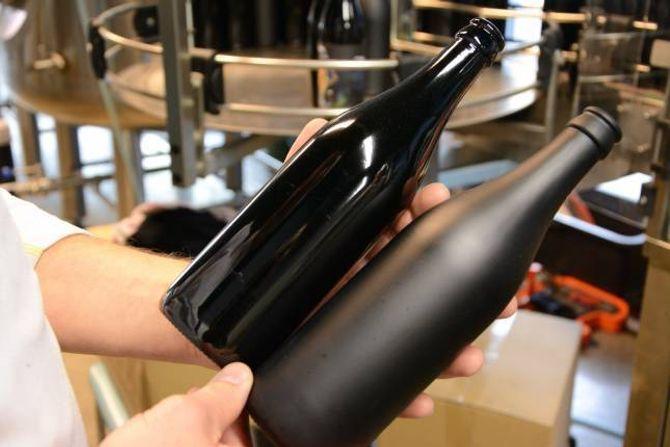 NOREG EINASTE: Tya Bryggeri blir dei einaste i Noreg som nyttar svarte ølflasker. Desse kjem i blank og frosta utgåve, som er produsert i Kina.