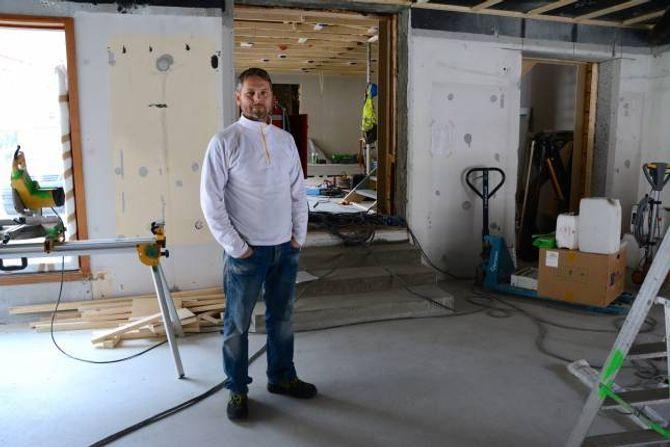 UNDER ARBEID: Arnt Erik Henjum, dagleg leiar i Tya Bryggeri. Trappa skiljer lokala for bakeri og bryggeri.