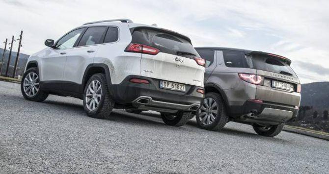 TEK SEG FRAM: Jeep Cherokee og Land Rover Discovery Sport stoppar knapt når vegen tek slutt.