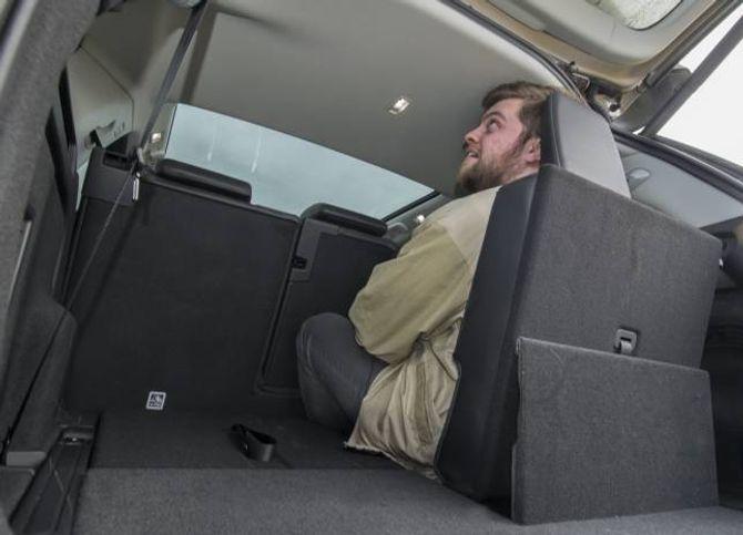 LAND ROVER: Mogleg å sitte sjølv for vaksne i bakre seterad.